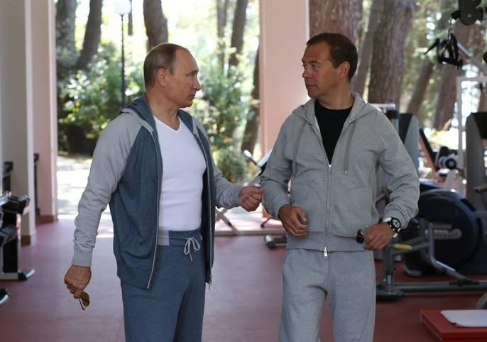 Auf seinem Landsitz in Bocharov Ruchey in der Nähe von Sotschi hat Russlands Präsident Wladimir Putin ein eigenes Fitnessstudio. Gut möglich, dass er das auch halbwegs regelmäßig besucht - für einen Politiker hat Putin eine halbwegs ansehnliche Statur. Für diese Trainingseinheit hat er zudem seinen Premierminister Dmitri Medwedew eingeladen - SPORT1 zeigt die besten Bilder