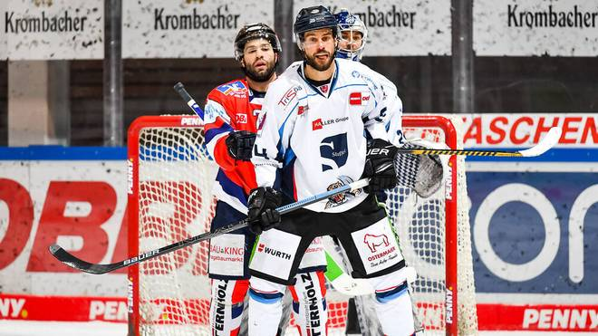 Die Straubing Tigers (in weiß) haben einen wichtigen Sieg gefeiert