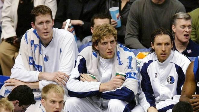 Dirk Nowitzki (M.) spielte mit Shawn Bradley (l.) zusammen bei den Dallas Mavericks