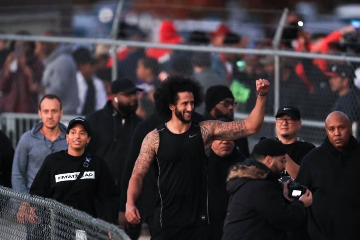 Colin Kaepernick hat dann doch mal wieder Pässe vor Vertretern von NFL-Teams geworfen. Nachdem er 30 Minuten vor Beginn des offiziellen Workouts abgesagt und sein Probetraining an einen anderen Ort verlegt hatte, präsentierte sich der Quarterback 40 Minuten lang acht Teams: Redskins, 49ers, Chiefs, Eagles, Jets, Lions, Bills und Titans