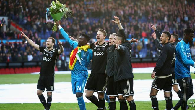ROTTERDAM, NETHERLANDS - MAY 05:  Daley Blind, Andre Onana, Matthijs de Ligt, Donny van de Beek and Dusan Tadic of Ajax celebrate with the trophy after victory in the Dutch Toto KNVB Cup Final between Willem II Tilburg and Ajax at De Kuip on May 05, 2019 in Rotterdam, Netherlands. (Photo by Dean Mouhtaropoulos/Getty Images)