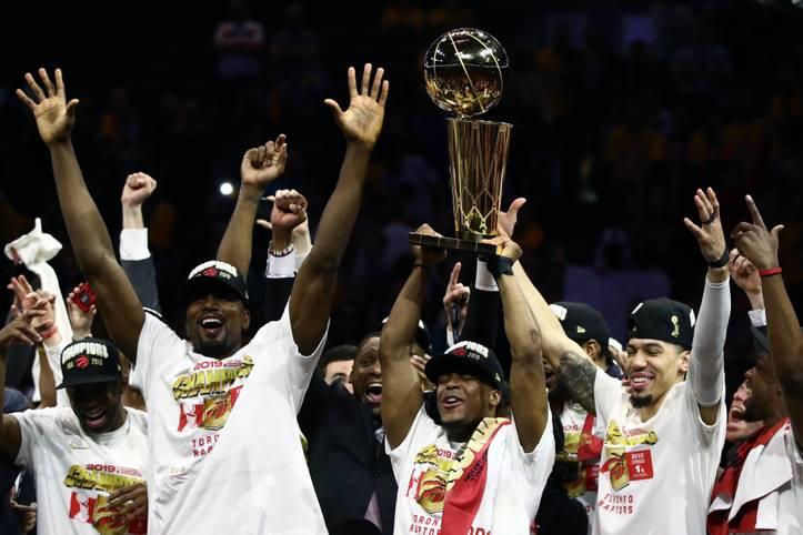 Es ist vollbracht! Erstmals in ihrer Geschichte und als erstes kanadisches Franchise überhaupt gewinnen die Toronto Raptors den Titel in der NBA. Im sechsten Spiel setzen sich die Raptors gegen die Golden State Warriors mit 114:110 durch und entscheiden die Serie damit mit 4:2 für sich