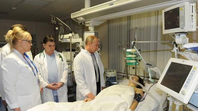 Nach dem Horror-Unfall stattet auch Russlands Präsident Wladimir Putin der Skicrosserin Maria Komissarowa einen Besuch ab