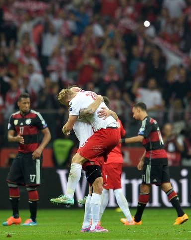 Im Oktober 2014 standen sich Deutschland und Polen zuletzt gegenüber. Beim Hinspiel der EM-Qualifikation in Warschau setzte es eine historische 0:2-Pleite für die deutsche Elf - es war die erste Niederlage Deutschlands gegen den Nachbarn. Nun kommt es in Frankfurt am Main zur Revanche. Die DFB-Elf will mit einem Sieg den ersten Platz in Gruppe D von den Polen übernehmen. Ob's gelingt? SPORT1 vergleicht die Kontrahenten im Head-to-Head