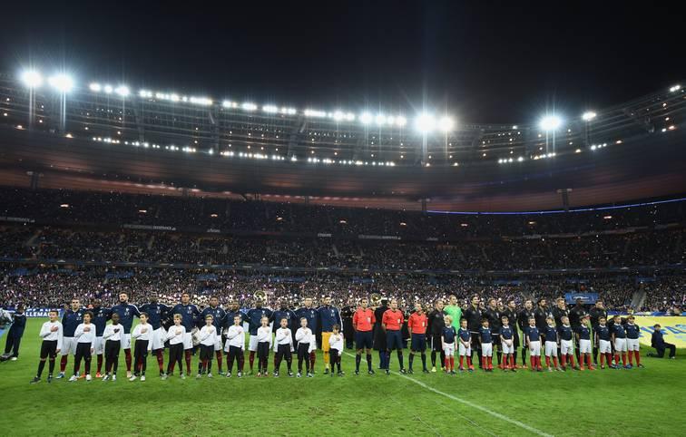 Das Länderspiel Frankreich gegen Deutschland wird von Terroranschlägen in Paris überschattet. Bei Explosionen während des Spiels in der Nähe des Stadions in St. Denis werden nach bisherigen Angaben drei Menschen getötet. Das sportliche Geschehen auf dem Rasen rückt in den Hintergrund