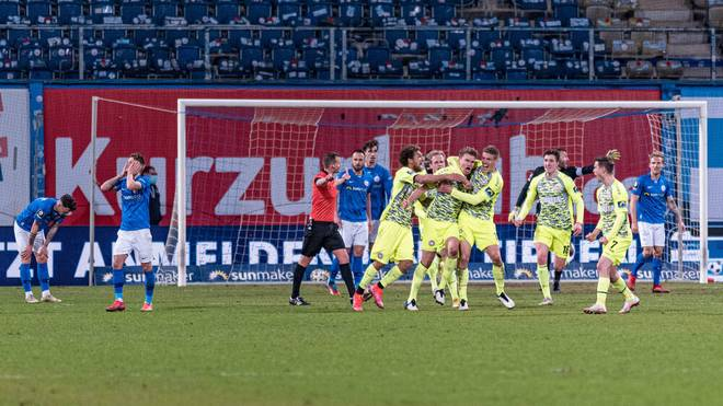 Florian Carstens (Wehen Wiesbaden) trifft gegen Hansa Rostock zum Ausgleich