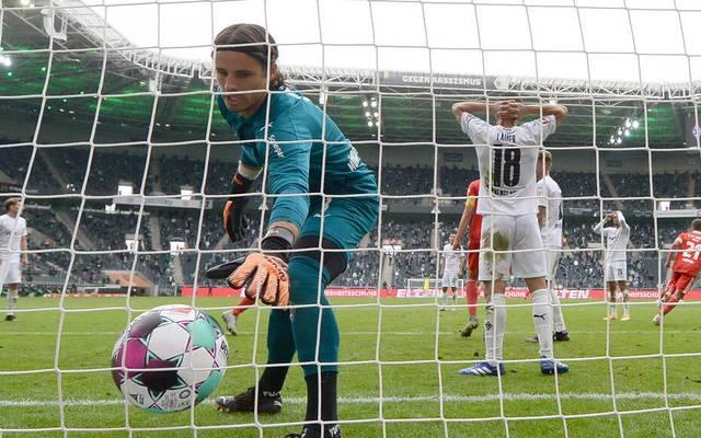 Gladbachs Torhüter Yann Sommer fischt nach dem späten Ausgleich den Ball aus dem Netz