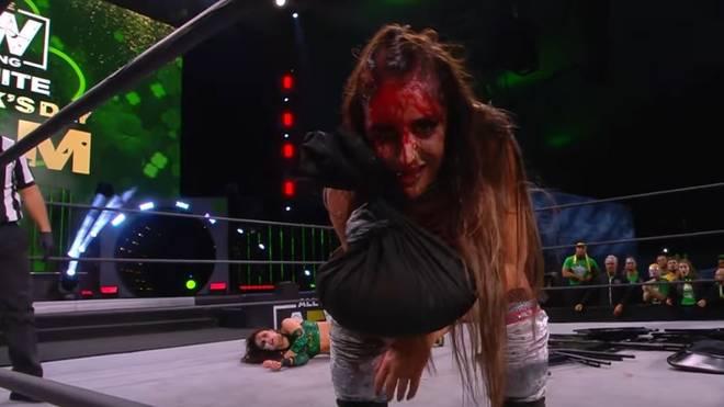 Britt Baker (vorn) und Thunder Rosa lieferten sich bei AEW ein blutiges Lights Out Match