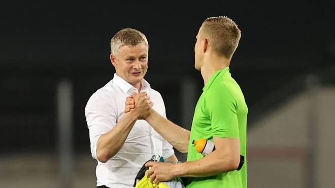 Ole Gunnar Solskjaer gratuliert Kopenhagens Keeper Johnsson zu seiner überragenden Leistung