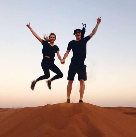 BVB-Star Marco Reus hüpft ausgelassen mit Freundin Scarlett Gartmann durch die Wüste. SPORT1 zeigt, wie die Sportstars ihren Winterurlaub verbringen