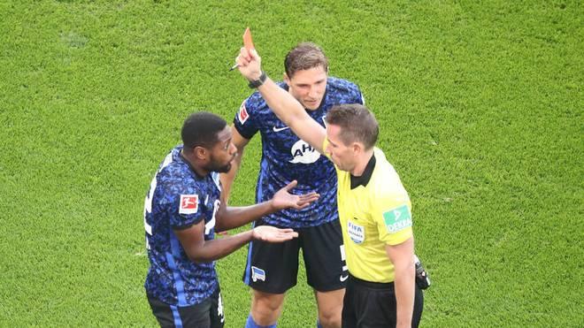 Deyovaisio Zeefuik (l.) sieht von Schiedsrichter Tobias Stieler die Gelb-Rote Karte.