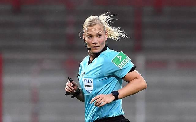 Bibiana Steinhaus schrieb mit ihrem ersten Bundesliga-Einsatz im September 2017 Geschichte