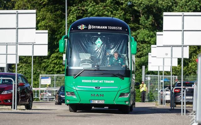 Bremens Mannschaftsbus bei der Ankunft am Stadion in Heidenheim