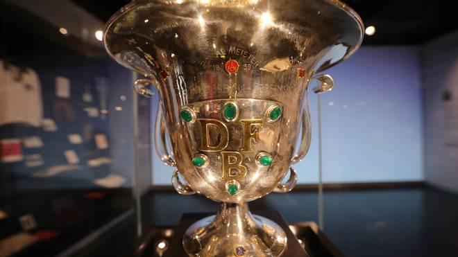 Der Tschammer-Pokal, benannt nach Reichssportführer Hans von Tschammer und Osten, wurde von 1935 bis 1964 dem DFB-Pokalsieger verliehen