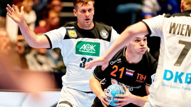 Kay Smits (Mitte) stößt zum SC Magdeburg
