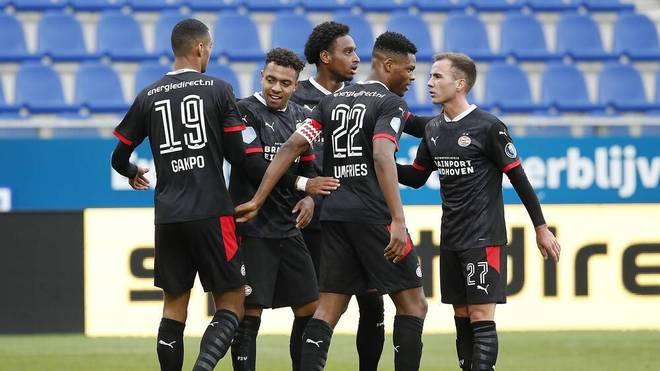 Donyell Malen (M.) bejubelt mit seinen Teamkollegen das 3:0 für PSV gegen Zwolle