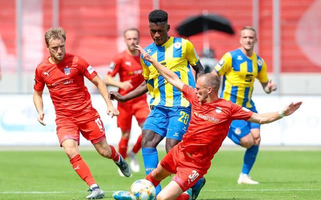 Eintracht Braunschweig (gelb) kassierte in der Nachspielzeit noch zwei Gegentore
