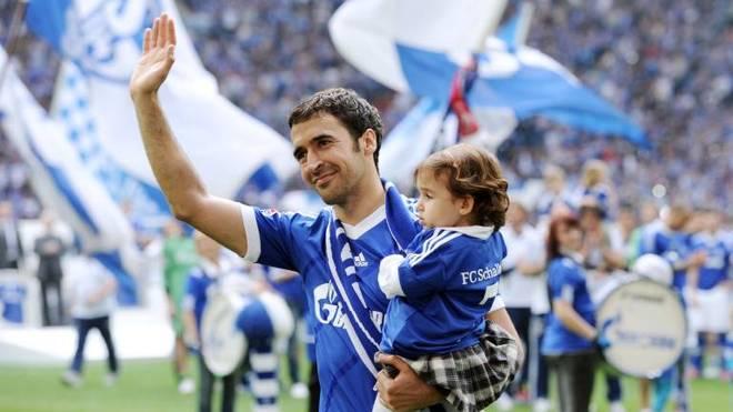 Raul Gonzalez im Trikot von Schalke 04 mit Töchterchen Maria auf dem Arm
