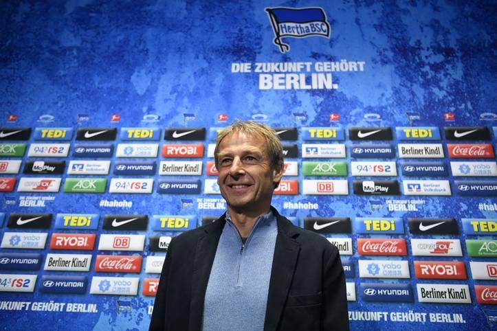 Mit großem Knall zu neuen Wegen. Im November wird Jürgen Klinsmann als neuer Trainer von Hertha BSC vorgestellt. Seine sportliche Bilanz ist durchwachsen aber nicht besorgniserregend. Nach elf Wochen tritt Klinsmann überraschend zurück