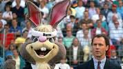 """Das gelingt der BRD 1988 nicht, sie muss sich unter Teamchef Franz Beckenbauer (r.) mit Platz drei zufrieden geben. An Maskottchen """"Berni"""" hat's sicher nicht gelegen. Das Kaninchen macht neben dem Kaiser eine gute Figur"""