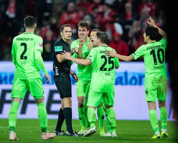 Strittige Elfmeterpfiffe, ausbleibende oder für Unverständnis sorgende Eingriffe der Videoassistenten - am 14. Spieltag der Bundesliga standen gleich mehrfach die Schiedsrichter im Fokus