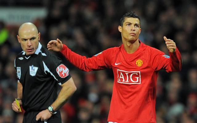 Howard Webb und Cristiano Ronaldo im Jahr 2009