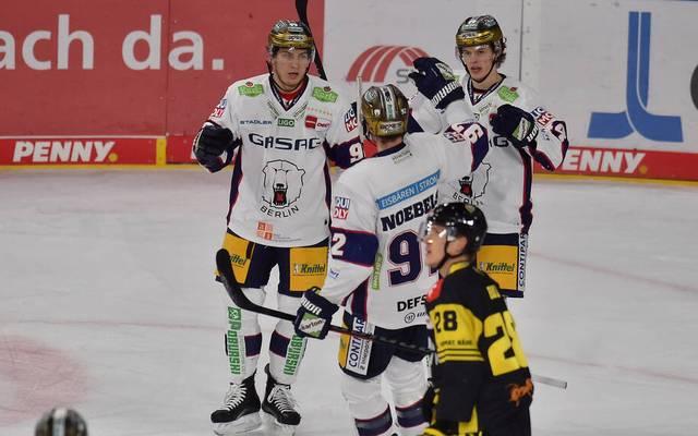 Marcel Noebels, Lukas Reichel und Leonhard Pföderl (Nr. 93) bilden bei den Eisbären eine Sturmreihe