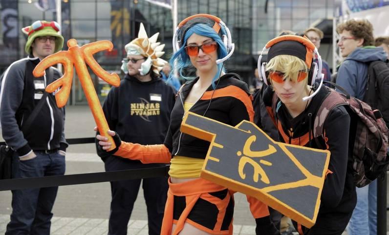 Diese Fnatic-Fans stürmten die Arena: Janna Abwandlung (l) vom TPA-Ezreal als Fnatic Ezreal (r.)