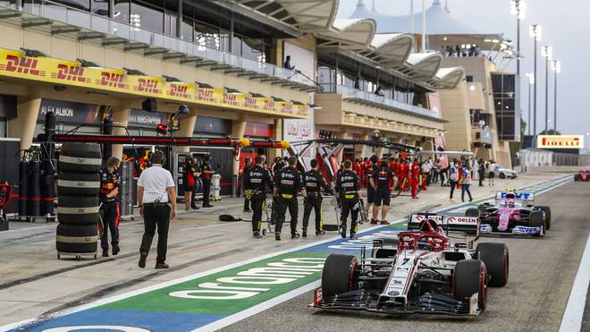 Formel 1 Boxengasse: Zwei Formel 1 Boliden in der Boxengasse des Bahrain GP.
