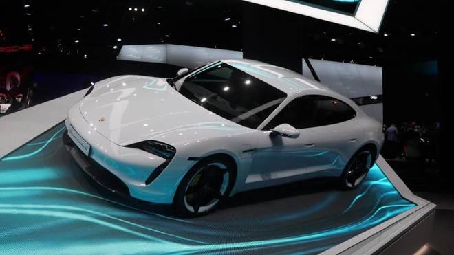Soll es mit den schnellen Luxus-Stromern von Tesla aufnehmen: der Porsche Taycan, der auf der IAA Premiere feiert