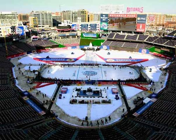 Hier geht es gleich heiß her: Das Baseball-Stadion der Washington Nationals hat sich in eine Eishockey-Arena verwandelt. Im siebten Winter Classic der NHL stehen sich die Washington Capitals und die Chicago Blackhawks gegenüber