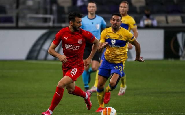 Sivasspors Caner Osmanpasa (l.) und seine Teamkollegen mussten lange am Flughafen warten