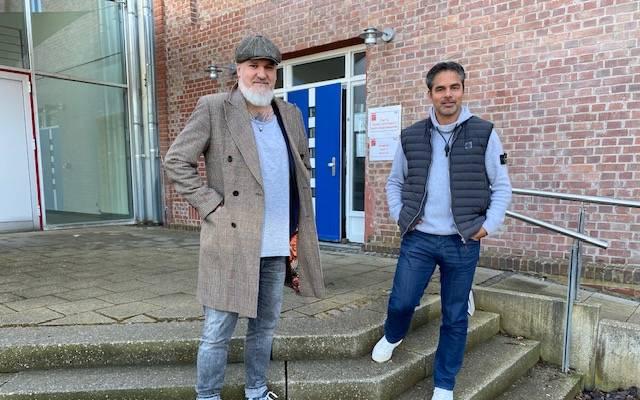 SPORT1-Reporter Reinhard Franke (l.) traf sich mit David Wagner im Anschluss an den CHECK24 Doppelpass zum ersten Interview nach dessen Aus bei den Königsblauen