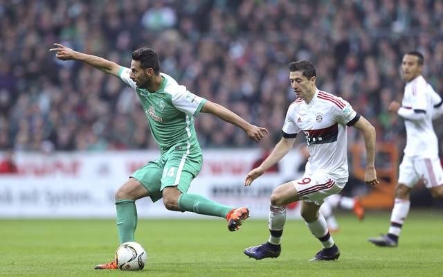 Claudio Pizarro (l.) liegt in der ewigen Torjägerliste der Bundesliga-Ausländer noch vor Robert Lewandowski