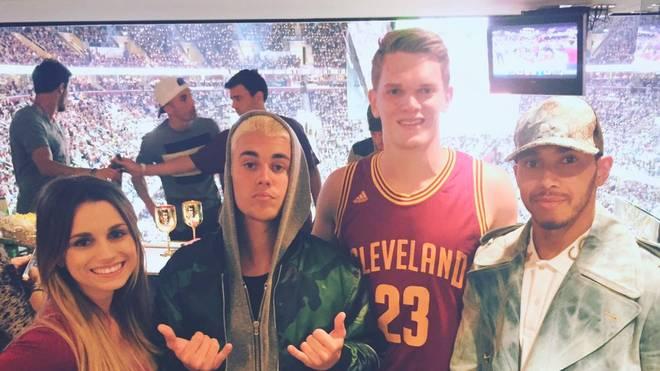 Matthias Ginter (2.v.r.) posiert mit Justin Bieber (2.v.l.) und Lewis Hamilton (r.)
