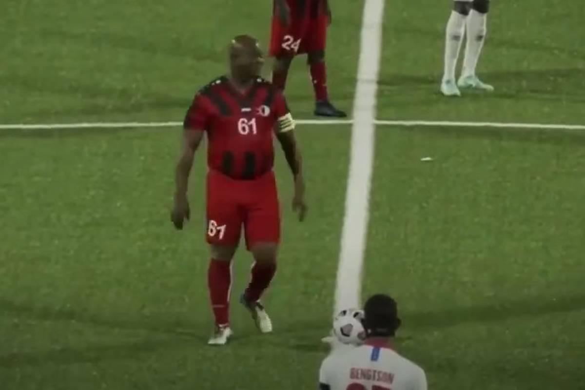 In der CONCACAF-Champions-League setzt sich Inter Moengotapoes Besitzer selbst ein. Ronnie Brunswijk ist mit über 60 Jahren der älteste je eingesetzte Spieler.