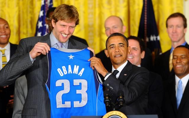 Der ehemalige US-Präsident Barack Obama (r.) ist bekannt für seine Basketball-Leidenschaft