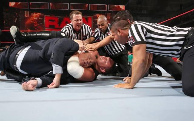 Samoa Joe würgte bei WWE Monday Night RAW Paul Heyman, das Sprachrohr von Brock Lesnar