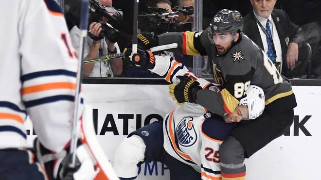 Alex Tuch von den Vegas Golden Knights im Duell mit Leon Draisaitl von den Edmonton Oilers