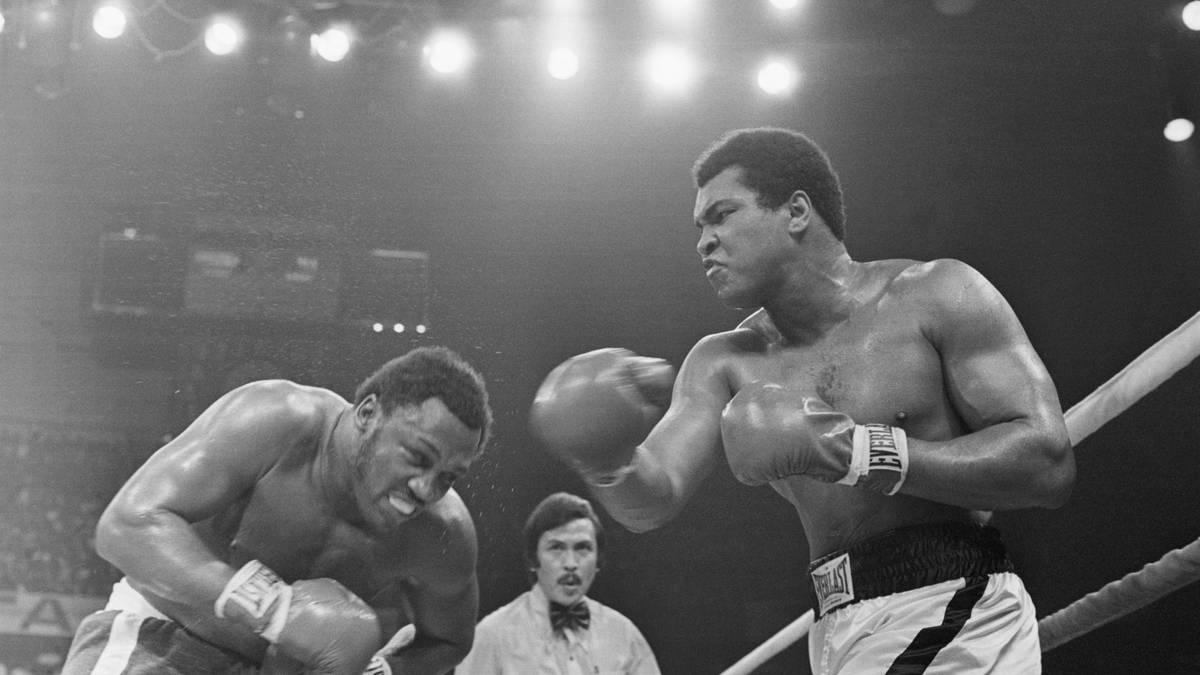 Muhammad Ali und Joe Frazier im Ring beim Thrilla in Manila