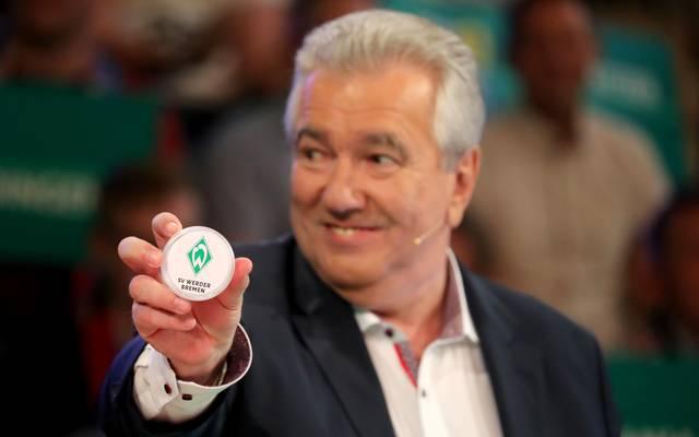 DFB-Vizepräsident Peter Frymuth präsentiert das Los Werder Bremen