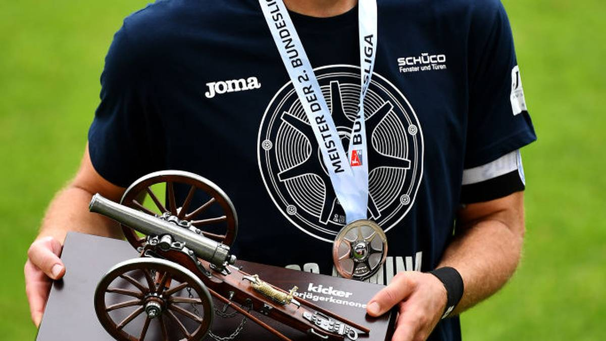 AUE, GERMANY - JUNE 28: Fabian Klos of Arminia Bielefeld poses with the Top Scorer Trophy after the Second Bundesliga match between DSC Arminia Bielefeld and 1. FC Heidenheim 1846 at Erzgebirgsstadion on June 28, 2020 in Aue, Germany. (Photo by Stuart Franklin/Getty Images)