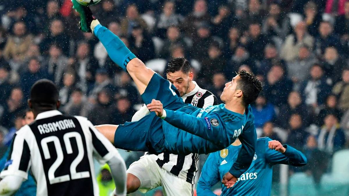 TOPSHOT - Real Madrid's Portuguese forward Cristiano Ronaldo (C) overhead kicks and scores during the UEFA Champions League quarter-final first leg football match between Juventus and Real Madrid at the Allianz Stadium in Turin on April 3, 2018. / AFP PHOTO / Alberto PIZZOLI        (Photo credit should read ALBERTO PIZZOLI/AFP via Getty Images)