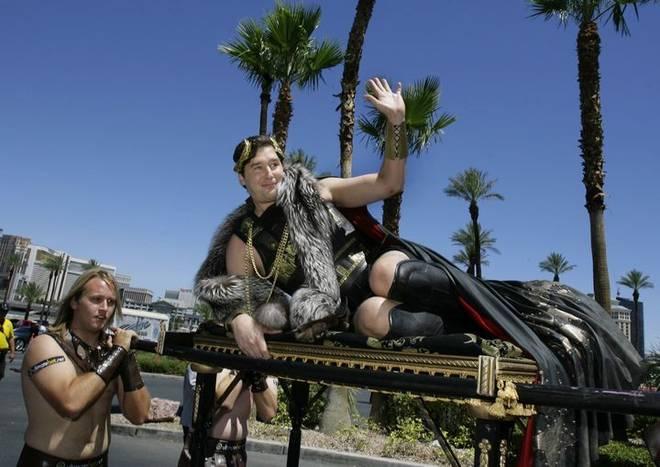 Phil Hellmuth liebt den großen Auftritt: Bei der WSOP 2009 lässt er sich auf einer Sänfte ins Casino tragen