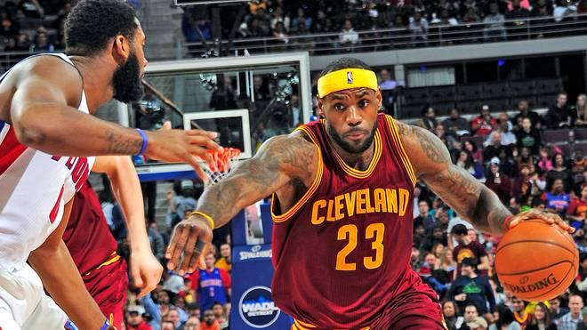 LeBron James von den Cleveland Cavaliers im Dribbling gegen die Detroit Pistons