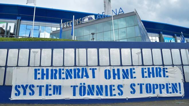 Viele Schalker Fans fordern einen Rücktritt von Clemens Tönnies
