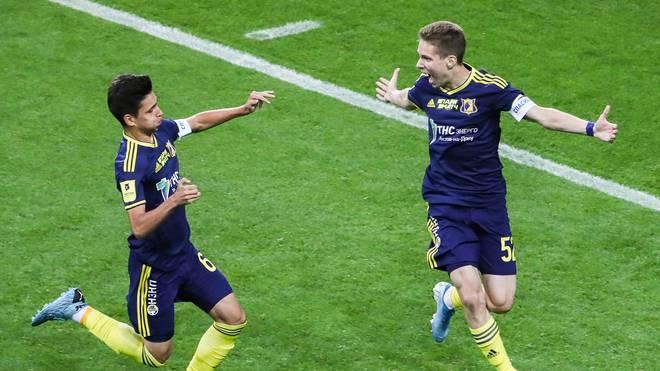 Roman Romanov (r.) ist nun der drittjüngste Torschütze in der Geschichte von Russlands erster Liga