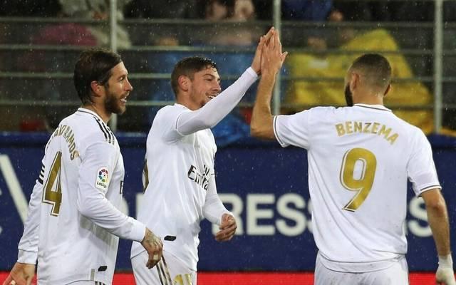 Federico Valverde (Mi.) von Real Madrid, hier mit Sergio Ramos (l.) und Karim Benzema, stand offenbar beim FC Bayern auf dem Transfer-Zettel
