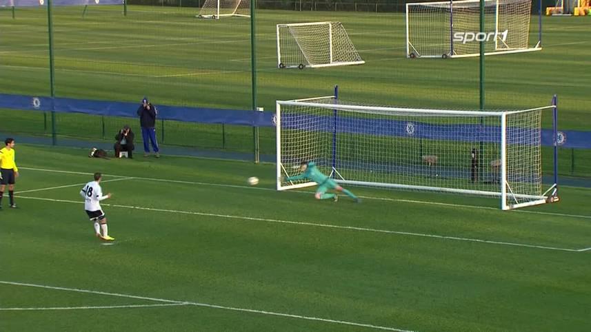 Die Beobachter der Partie in der K.o.-Runde der UEFA Youth League zwischen dem FC Chelsea und dem FC Valencia reiben sich verwundert die Augen. Eine Schiedsrichter-Fehlentscheidung sorgt für einen riesigen Skandal. Valencias Alberto Gil tritt im Elfmeterschießen zu seinem Versuch an und verschießt links unten. Meint man zumindest im ersten Augenblick. Es sieht so aus, als würde der Ball vom Pfosten zurückspringen