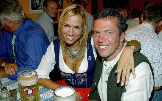 Lothar Matthäus und seine damalige Freundin Marianna Kostic gönnen sich auf dem Münchner Oktoberfest 2003 eine Maß Bier